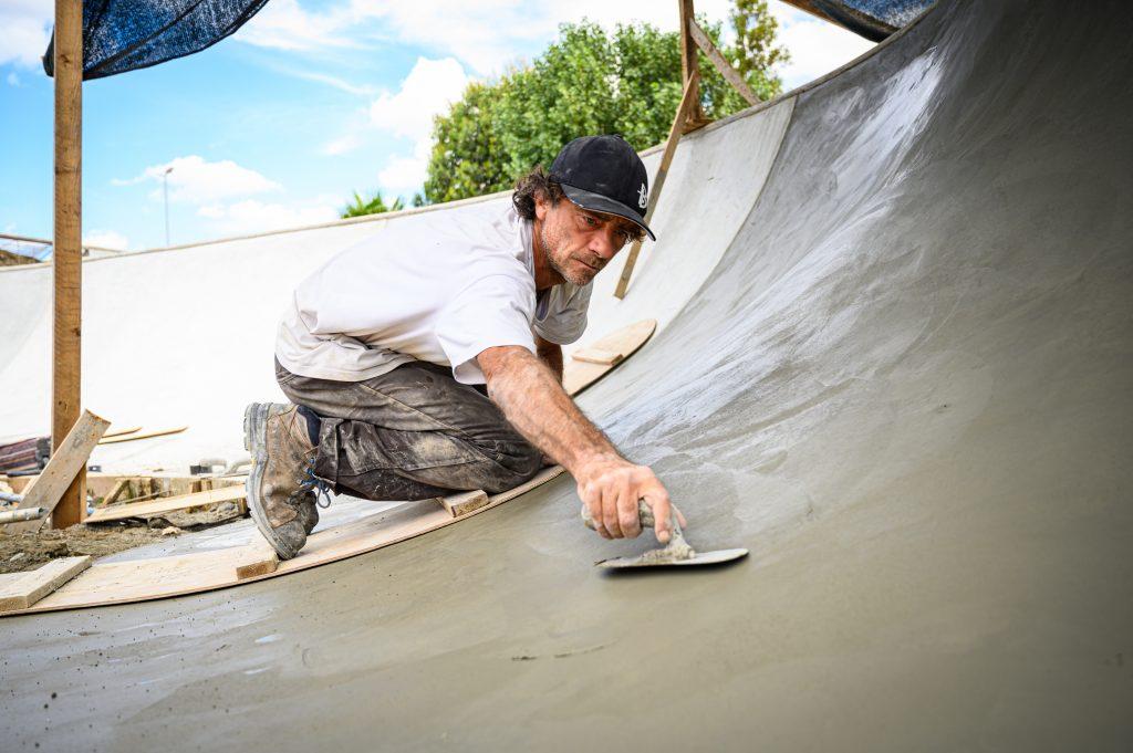 Matteo Storelli liscia il cemento ostiense